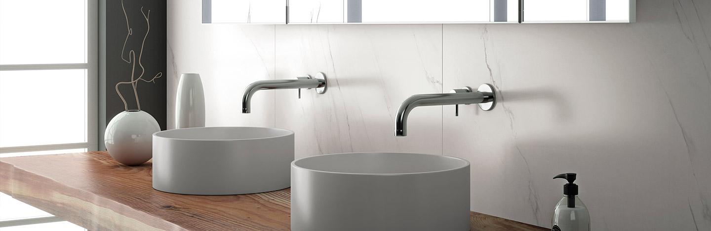 Runde weiße Waschbecken auf Waschtisch in Holzoptik - Elegante Grosskeramikbroschüre Dinger Stone