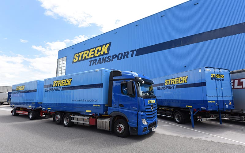LKW´s der Firma Streck vor Logistikgebäude - Corporate Publishing Streck Transport